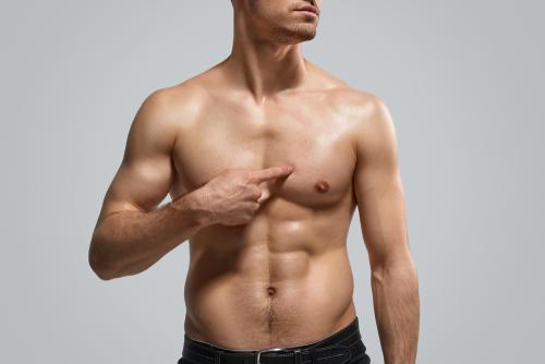 Silicone em homens: conheça o procedimento para aumentar o peitoral