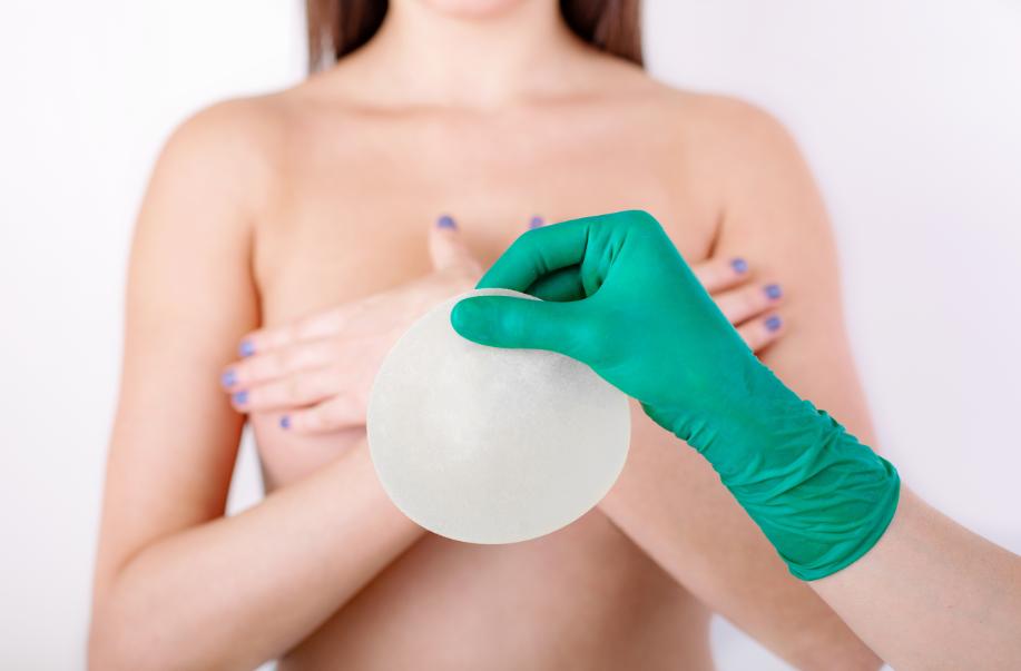 Mastopexia com prótese: entenda quando é necessário