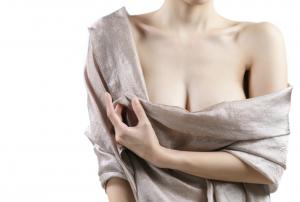 A mastopexia é um procedimento muito indicado para as mulheres que querem redesenhar o formato dos seus seios. Saiba mais nesse post sobre esse tipo de cirurgia, que está entre as mais procuradas do público feminino, e pode trazer mais autoestima para as mulheres. O que é mastopexia? Também conhecida como lifting de mama, a mastopexia é um procedimento indicado para quem quer fazer o levantamento das mamas e redesenhar o formato delas. Está entre as 10 principais cirurgias plásticas estéticas mais realizadas pelas mulheres brasileiras. As mulheres costumam fazer essa cirurgia devido à flacidez, também conhecida como ptose mamária (seios caídos). Mas, além disso, outro motivo que inspira a busca pela cirurgia para levantar a mama é o desnivelamento dos seios. Nesse tipo de cirurgia, é comum também o reposicionamento da aréola, porque o peso e a queda das mamas poderá forçar os mamilos a perder formas e alinhamento. A mastopexia é indicada para mulheres que estão com ptose provocada por envelhecimento, flutuações de peso, gravidez, amamentação ou até mesmo por fatores genéticos que propiciam uma maior flacidez da pele. Inclusive, alterações hormonais também poderão levar à flacidez da pele. Mulheres querem retomar autoestima O que leva as mulheres a procurarem o procedimento é um desejo de aumentar a autoestima já que muitas sentem um grande desconforto emocional com a forma física devido aos seios caídos, achatados ou com as aréolas posicionadas para baixo. A flacidez dos seios atinge 3 níveis, e o sulco mamário (parte inferior da mama) é o ponto de referência para medir o grau da ptose. Para fazer esse medição, uma dica é colocar uma caneta ou lápis embaixo do sulco e ficar na frente do espelho: Grau 1 Esse estágio é leve: é quando o mamilo alcança a mesma altura da caneta. As aréolas estão um pouco abaixo da região central dos seios, mas já nesse estágio a mastopexia é indicada. Grau 2 Na flacidez moderada, o bico do seio estará um pouco mais abaixo do sulco mamári