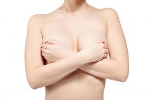 Cada mulher é única e manifesta suas diferenças em biotipo e personalidade. Mas você sabia que também há tipos de seios diferentes? Muitas mulheres não gostam dos próprios seios e buscam a cirurgia plástica para remodelá-los, por exemplo, com uma mamoplastia de aumento. Se você quer saber qual seu tipo de seio, veja mais nesse post. Quais os tipos de seios? Assim como os formatos do corpo feminino são diferentes, as partes isoladas também são, como os seios. Essas diferenças em seus formatos podem ser provocadas por genética, idade, peso e hormônios. Se for fazer uma combinação de tipos de mamas e tipos de mamilos, as diferenças entre todos os tipos de seios aumentam ainda mais. Algumas mulheres percebem também que, ao longo do tempo, o formato dos seus seios pode modificar. Uma das causas é a diminuição do nível de estrogênio que leva a uma perda do tecido glandular. Outra causa da mudança do formato dos seios é a gravidez e a amamentação, que podem levar a um aumento dos seios. Muitas vezes, quando a amamentação acaba, os formatos dos seios podem ficar diferentes. Os tipos de seio também vão provocar um grande efeito na autoestima das mulheres. Por isso, muitas optam pela cirurgia plástica quando não estão satisfeitas. Veja os diferentes tipos de seios: Redondos Os seios redondos são aqueles simétricos e com volume na mesma proporção. Esse tipo de seio está entre os preferidos de grande parte das mulheres. Com uma boa distribuição de gordura, também costumam ter mais firmeza. Ainda que algumas mulheres já nasçam com esse tipo de seio, muitas vezes, é o tamanho que não agradam, então recorrem às próteses de silicone no formato redondo para ganhar mais projeção. Pêssego ou delgado Como o próprio nome já sugere, os seios cônicos apresentam um formato de pêssego. É mais comprido do que largo e pouco preenchido na parte superior. Assim como a mama, o tipo de mamilo do seio também é mais pontiagudo. Nestes casos, nestes tipos de seios pequenos, o tamanho é o que pode in